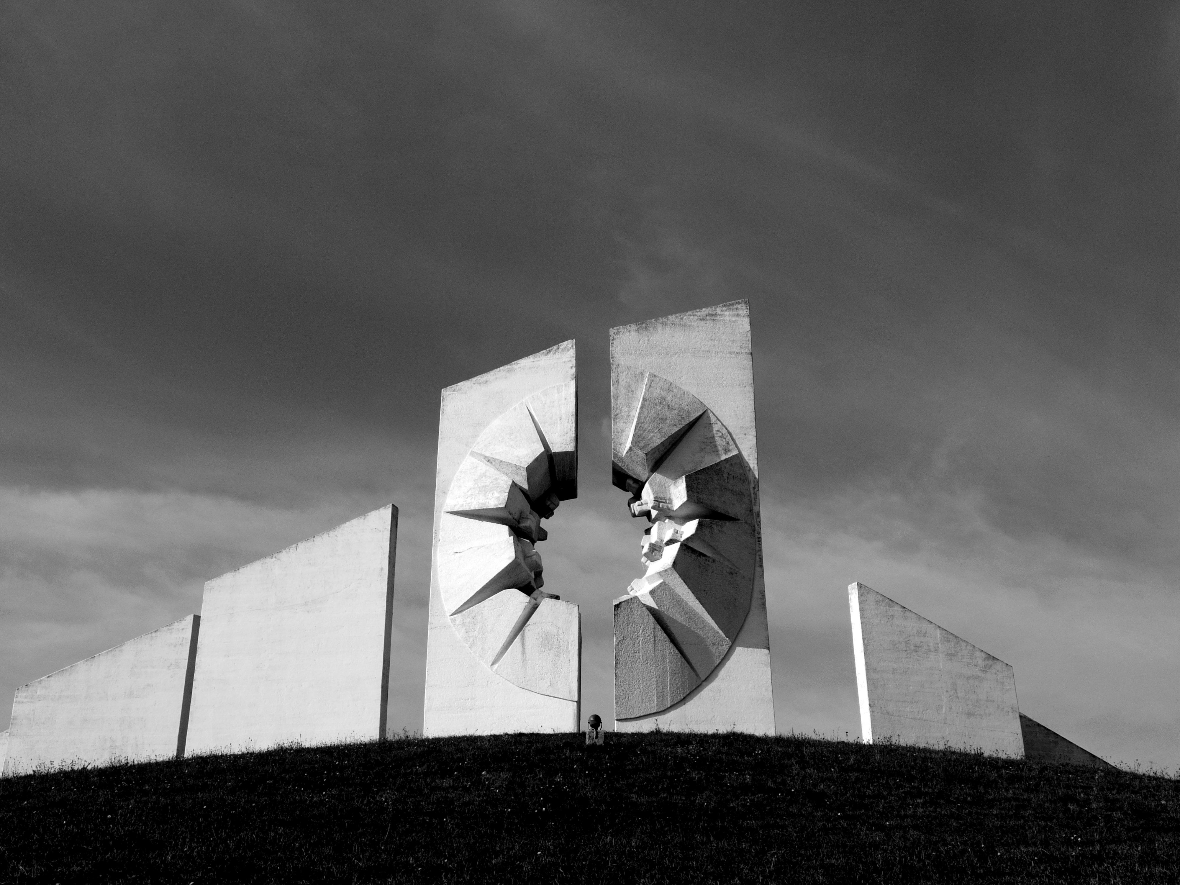"""セルビアのウジツェから謎の戦争記念塔のある""""カディニャチャ""""に行ってみた。"""