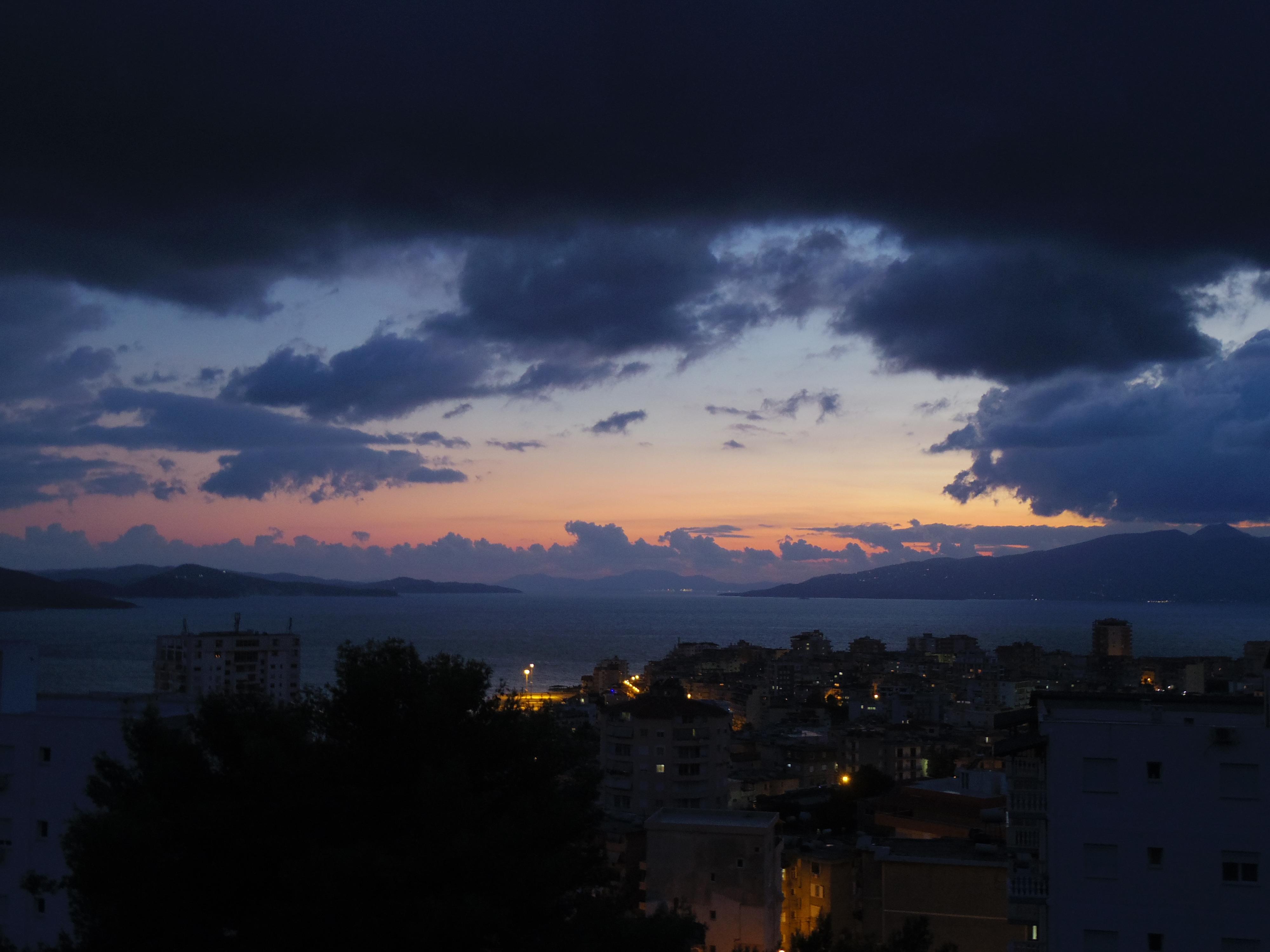 夜行バスでアルバニアのサランダからアテネへ。バスキングに初挑戦!