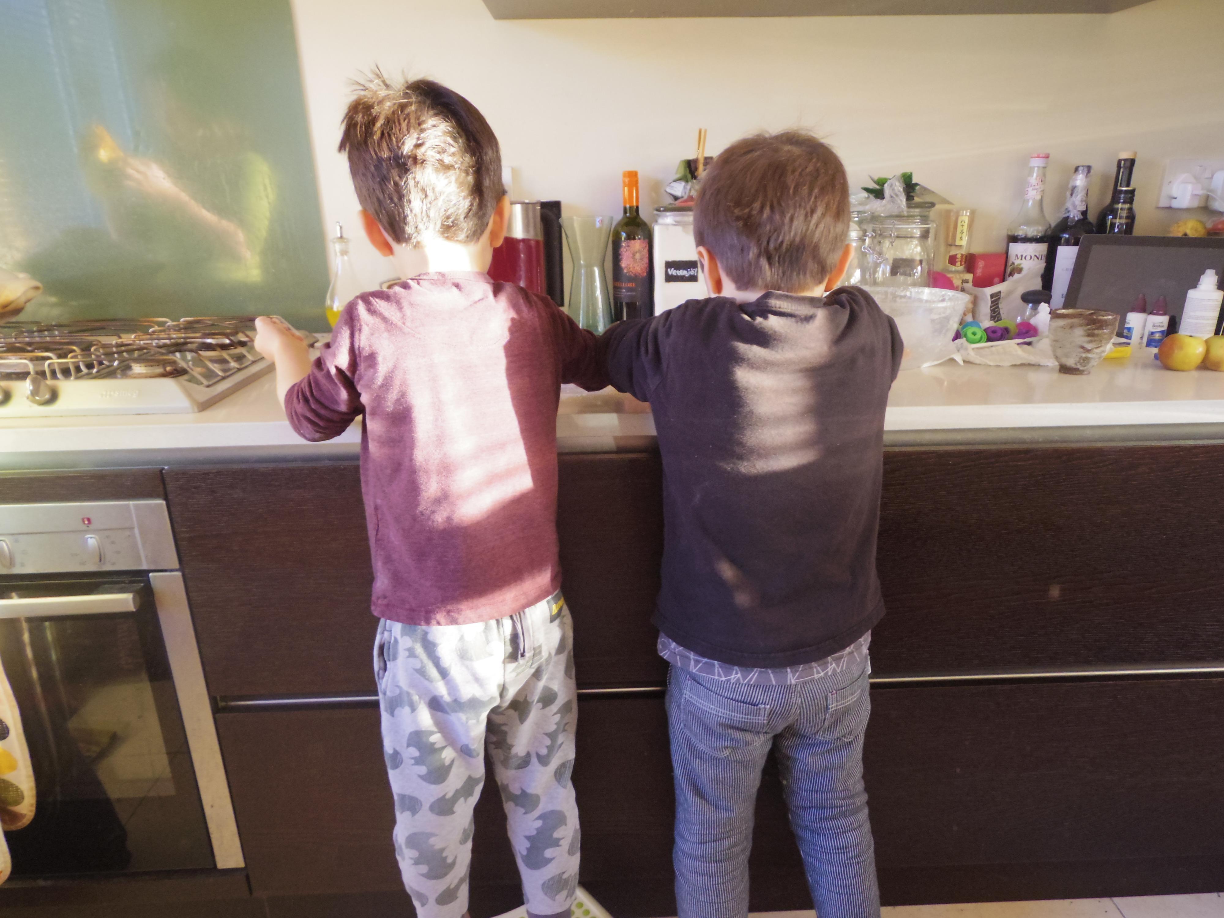 イギリスで手作り粉もの祭!子供たちと一緒にピザやうどんを作るのだ!!その1。